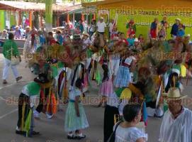 Coyutla, Ver., 30 de noviembre de 2015.- Alrededor de 1500 participantes se dieron cita en el 3� Encuentro de Danzantes, pertenecientes a las comunidades de Espinal, Coxquihui, Chumatl�n, Zozocolco de Hidalgo, Papantla, Filomeno Mata, Mecatl�n, Coahuitl�n y Coatzintla.