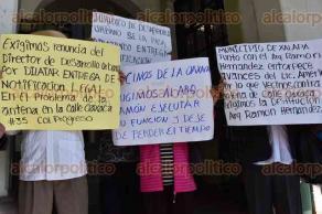 Xalapa, Ver., 30 de noviembre de 2015.- Vecinos de la calle Oaxaca de esta ciudad capital, se manifestaron afuera del Palacio Municipal para exigir la renuncia del director de Desarrollo Urbano Ram�n Hern�ndez Salas.
