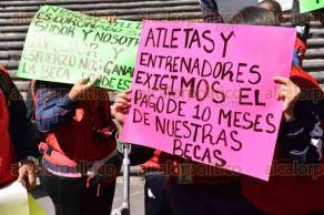 Xalapa, Ver., 30 de noviembre de 2015.- Atletas paral�mpicos de Veracruz y entrenadores se manifestaron este lunes en Plaza Lerdo; exigen pago de las becas que les deben desde hace 10 meses.