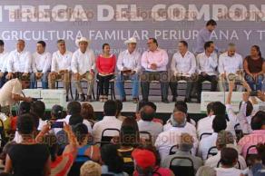 Veracruz, Ver., 30 de noviembre de 2015.- El gobernador Javier Duarte de Ochoa, acompa�� al secretario de SAGARPA, Jos� Calzada Rovirosa, durante la entrega de apoyos del componente de agricultura familiar periurbana y de traspatio, en la colonia Las Amapolas de este municipio.