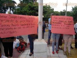 Poza Rica, Ver., 30 de noviembre de 2015.- Dos familias de la colonia Rafael Hern�ndez Ochoa denunciaron p�blicamente ser v�ctimas de supuesto despojo de los hogares que hab�an construido en la calle San Salvador.