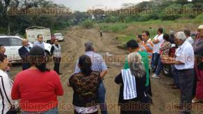 Coatepec, Ver., 30 de noviembre de 2015.- Autoridades municipales acudieron al predio que funcionaba como Centro de Transferencias en la comunidad de Puerto Rico, para supervisar el avance de retiro de desechos s�lidos.