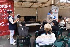 Xalapa, Ver., 1 de diciembre de 2015.- El Grupo Multisectorial VIH-SIDA llev� a cabo una campa�a en el marco del d�a mundial de lucha contra el VIH-ITS SIDA, con la realizaci�n de pruebas r�pidas para la detecci�n de VIH-ITS en el Parque Ju�rez.