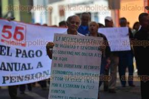 Xalapa Ver., 1 diciembre de 2015.- Pensionados y jubilados del SNTE marchan alrededor de Palacio de Gobierno como medida de presi�n; exigen pago inmediato de su pensi�n y el bono anual.