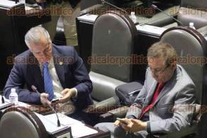 M�xico, D.F, 1 de diciembre de 2015.- Legisladores durante la sesi�n en la C�mara de Diputados centran su atenci�n en sus tel�fonos m�viles, olvid�ndose de los oradores e iniciativas que son presentadas en el pleno de San L�zaro.