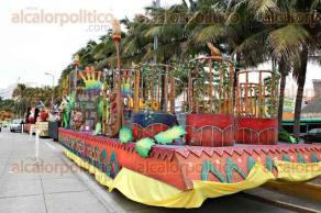 Veracruz, Ver., 5 de febrero de 2016.- Se ultiman detalles en los carros aleg�ricos que participar�n en los desfiles del Carnaval de Veracruz 2016. Los veh�culos se encuentran estacionados sobre el bulevar Ruiz Cortines, de donde partir�n este s�bado para iniciar el recorrido del primer gran desfile.