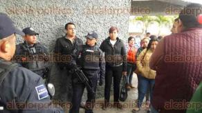 Orizaba, Ver., 5 de febrero de 2016.- A las 16:30 horas el profesor baleado fue enviado a nosocomio del ISSSTE, pero en Puebla; va en calidad de detenido.