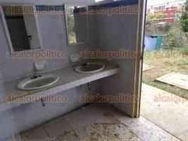 Xalapa, Ver., 5 de febrero de 2016.- Reporta falta de limpieza en ba�os de la escuela primaria �Vicente Guerrero�, ubicada en la colonia del mismo nombre. Pide intervenci�n de autoridades educativas.