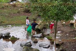 Xalapa, Ver., 6 de febrero de 2016.- Ni�os de la congregaci�n El Castillo juegan a pescar en la laguna que se encuentra ubicada en este lugar.