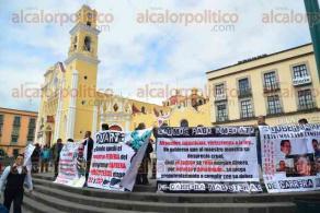 Xalapa, Ver., 6 de febrero de 2016.- Docentes se manifiestan en Plaza Lerdo, exigiendo el pago inmediato del retroactivo de carrera magisterial, este s�bado.