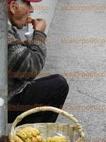 C�rdoba, Ver., 6 de febrero de 2016.- En las calles se puede observar a hombres y mujeres que se dedican a vender diversos art�culos para poder subsistir.