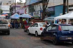 Xalapa, Ver., 7 de febrero de 2016.- Todos los domingos se complica la vialidad en la avenida Orizaba a la altura del Sal�n Bazar, debido a que comerciantes invaden la calle para vender sus productos e incluso estacionan sus veh�culos en doble fila, entorpeciendo la circulaci�n.