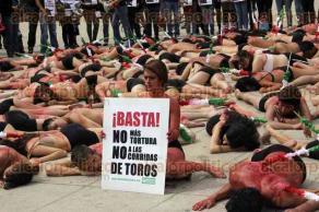 Ciudad de M�xico, CDMX, 7 de febrero de 2016.- Decenas de integrantes de la ONG AnimaNaturalis exigen la prohibici�n de las corridas de toros en M�xico, al considerarlas un evento de tortura contra los toros y caballos.
