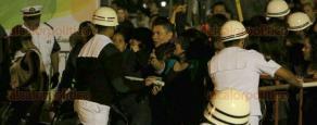 Veracruz, Ver., 7 de febrero de 2016- De nueva cuenta, elementos de la Secretar�a de Marina tuvieron que contener a las personas que caminaban sobre sillas para abandonar la gayola e irse a la zona VIP en el concierto de Alejandra Guzm�n, en la Macroplaza del malec�n, con motivo del Carnaval de Veracruz 2016.