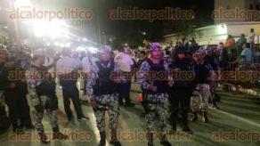 Veracruz, Ver., 8 de febrero de 2016.- La noche de este lunes, el cuarto desfile qued� detenido casi dos horas a la altura de la escuela N�utica �Fernando Siliceo� y se reanud� cerca de las 20:30 horas. Los asistentes desconoc�an el motivo del retraso y tem�an una cancelaci�n m�s sin previo aviso.