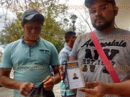 Coatzacoalcos, Ver., 9 de febrero de 2016.- Los afectados aseguraron que tras recolectar las firmas para Juan Bueno los dejaron sin trabajo y dinero desde hace una semana y media.