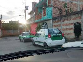 Xalapa, Ver., 9 de febrero de 2016.- Ciudadano muestra que en esta ciudad hay dos taxis con el n�mero econ�mico 94.