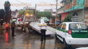 Xalapa, Ver., 9 de febrero de 2016.- Polic�a retira con gr�as 2 unidades de taxis con el mismo n�mero, 94.
