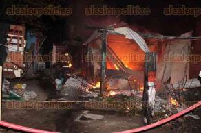 Carlos A. Carrillo, Ver., 9 de febrero de 2016.- La madrugada de este martes, se registr� un incendio en vivienda de la colonia Monte Alto, hasta donde se apersonaron cuerpos de rescate.