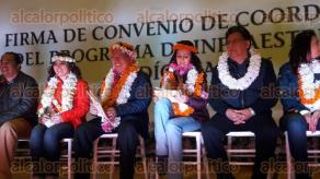 Ixtaczoquitl�n, Ver., 10 de febrero de 2016.- Lleg� Nubia Mayorga, directora general de la CDI, a la comunidad de Tuxpanguillo, para la firma del convenio de coordinaci�n del Programa de Infraestructura Ind�gena 2016; presentes: Flavino R�os, secretario de Gobierno; la senadora Erika Ayala y Ana Ingram, delegada de SEDESOL en el Estado.