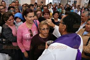 Veracruz, Ver., 10 de febrero de 2016.- En la catedral de Nuestra Se�ora de la Asunci�n, decenas de porte�os acudieron a tomar ceniza, es mi�rcoles.