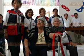 Veracruz, Ver., 10 de febrero de 2016.- La corte real del Carnaval de Veracruz 2016 visit� el asilo de la Cruz Roja municipal.