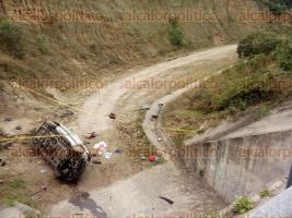 Emiliano Zapata, Ver., 10 de febrero de 2016.- El veh�culo termin� en el fondo de un barranco y junto las dos v�ctimas fatales; unidades de emergencia participan en las labores de rescate de los lesionados.