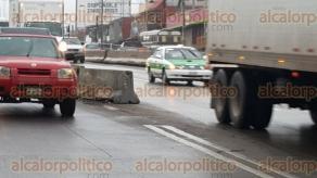 Xalapa, Ver., 10 de febrero de 2016.- En la lateral de L�zaro C�rdenas a la altura de la calle Veracruz con direcci�n a Las �nimas, hay un bloque de concreto que est� fuera de su carril, por lo que representa un riesgo para los veh�culos que salen del puente Bicentenario.