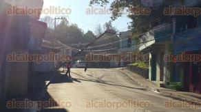 Xalapa, Ver., 11 de febrero de 2016.- Desde las 3:00 horas elementos de la Polic�a Estatal acordonaron una cuadra de la calle �bano, a la entrada de la colonia Veracruz porque se cay� un poste de servicio de energ�a el�ctrica. Hay acceso por la calle paralela.