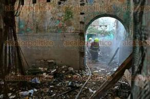 Veracruz, Ver., 11 de febrero de 2016.- Bomberos municipales apagaron una fogata que se presume fue encendida por indigentes en la Plazuela de la Campana; el hecho caus� alarma entre los vecinos pero el siniestro fue controlado en minutos.