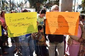 Xalapa, Ver., 11 de febrero de 2016.- Vecinos de la colonia Jos� Revueltas se manifiestan afuera del Palacio Municipal; exigen la introducci�n de drenaje.