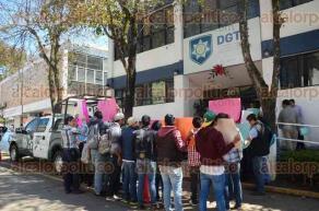 Xalapa, Ver., 11 de febrero de 2016.- J�venes se manifestaron en la Direcci�n General de Transporte del Estado para que transportistas respeten las tarifas de descuento a estudiantes los fines de semana.