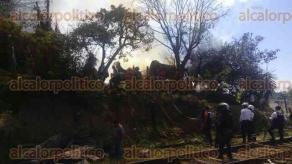 Xalapa, Ver., 11 de febrero de 2016.- Bomberos, SSP y vecinos ayudan a sofocar el incendio en la vivienda de l�mina; no hubo heridos s�lo da�os materiales.