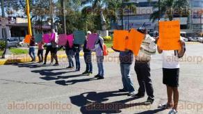 Xalapa, Ver., 11 de febrero de 2011.- Tras manifestarse afuera de la Direcci�n General de Transporte del Estado, estudiantes bloquearon la avenida Ignacio de la Llave.
