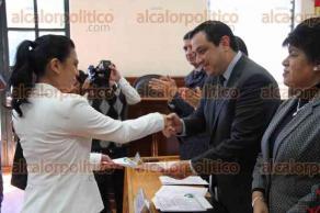 Xalapa, Ver., 11 de febrero de 2016.- Entrega Alcalde de Xalapa constancias de liberaci�n de servicio social a la generaci�n �Lic. Am�rico Z��iga Mart�nez�.