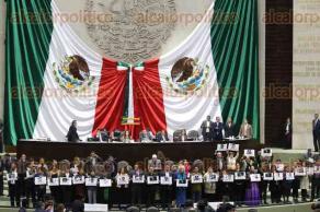 Ciudad de M�xico, 11 de febrero de 2016.- Legisladores de MORENA protestaron arriba de la tribuna de la C�mara de Diputados, por los asesinatos de periodistas en Veracruz, durante la sesi�n ordinaria de este jueves.