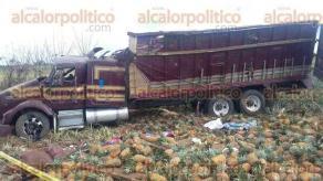 Juan Rodr�guez Clara, Ver., 11 de febrero de 2016.- Accidente de tractocami�n cargado de pi�as se presume fue por el exceso de velocidad y el sobrepeso de la carga.