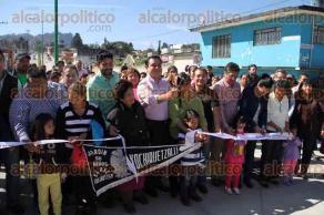 Xalapa, Ver., 12 de febrero de 2016.- El alcalde Am�rico Z��iga inaugur� la pavimentaci�n con concreto hidr�ulico de la calle Leopoldo Kiel, ubicada en la colonia Rafael Lucio.