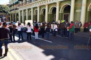 Xalapa, Ver., 12 de febrero de 2016.- Asesores del IVEA bloquearon por unos minutos la calle Enr�quez para exigir el pago de gratificaciones.