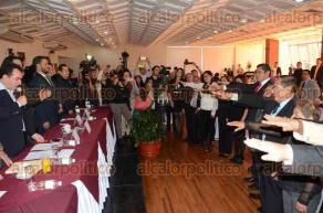 Xalapa, Ver., 12 de febrero de 2016.- El senador Jos� Francisco Yunes Zorrilla, invitado de honor, le tom� protesta a la mesa directiva del Colegio del Foro de Abogados del Estado, que preside Vito Lozano.