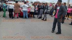 Coatzacoalcos, Ver., 12 de febrero de 2016.- Habitantes de la colonia Olmeca reportan falta de luz y agua desde el pasado mi�rcoles; la carretera permaneci� bloqueada hasta las 18:30 horas.