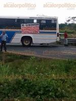 Coatzacoalcos, Ver., 12 de febrero de 2016.- Por varias horas, transportistas bloquearon carretera Trans�stmica cerca de la desviaci�n al municipio de Oteapan, piden la destituci�n del delegado de Transporte P�blico, Jorge Luis D�az; a las 18:30 horas, aproximadamente, el acceso fue liberado.