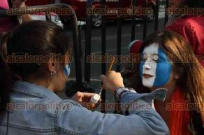 Ciudad de M�xico, 12 de febrero de 2016.- En avenida Insurgentes, fieles cat�licos esperan a que pase el Papa Francisco, quien arribar� a la Nunciatura para descansar e iniciar su gira pastoral en M�xico.