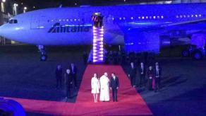Ciudad de M�xico., 12 de febrero de 2016.- El presidente Enrique Pe�a Nieto y su esposa Ang�lica Rivera, as� como miembros de su Gabinete, reciben al Papa Francisco, al bajar de su avi�n.