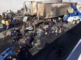Xalapa, Ver., 13 de febrero de 2016- Elementos estatales hicieron labores de limpieza en la avenida L�zaro C�rdenas, a la altura de Araucarias y liberaron los carriles que quedaron obstruidos por los destrozos provocados en el accidente.