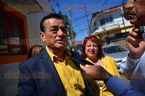 Xalapa, Ver., 13 de febrero de 2016.- Se registra Manuel Bernal como precandidato a diputado por Xalapa ante su partido; lo acompa�� la regidora Julia Vel�zquez �valos, adem�s de simpatizantes con banderines y batucada.