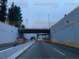 Xalapa, Ver., 13 de febrero de 2016.- Vialidad sobre la avenida L�zaro C�rdenas se abre completamente, despu�s de que los restos del tr�iler involucrado en el accidente de la madrugada de este s�bado fueron remolcados.
