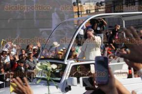 Ciudad de M�xico., 13 de febrero de 2016.- El Papa Francisco saluda a los fieles cat�licos durante su trayecto a la Bas�lica de Guadalupe.