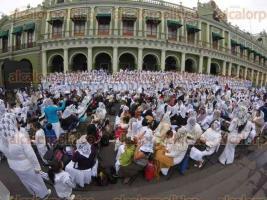 Xalapa, Ver., 14 de febrero de 2016.- Cientos de personas llegaron a Plaza Lerdo para participar en la ceremonia de bautismo que organiza la iglesia La Luz del Mundo.