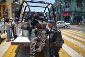 Xalapa, Ver., 28 de abril de 2016.- Detienen a sujeto de avanzada edad, por presuntamente golpear a mujer embarazada y a su hija de 8 a�os en la calle Carrillo Puerto casi esquina con Enr�quez.